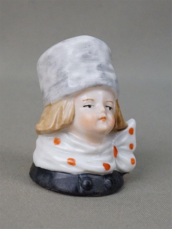 Пробка «Девочка в серой шапке», фарфор, роспись. Западная Европа, начало XX века
