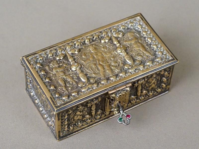 Шкатулка «Путти», бронза, начало XX века, 10,5 × 6 × 4,5см
