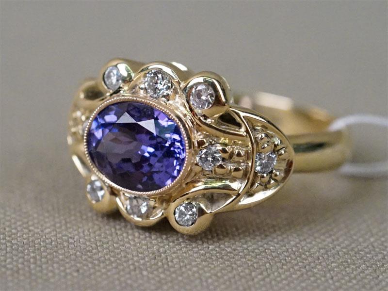 Кольцо, золото 750 пробы, общий вес 8,37г. Размер кольца 18,0. Вставки: бриллианты (10бр Кр57 – 0,33ct 4/4-5); 1 танзанит («Овал» — 1,60ct)