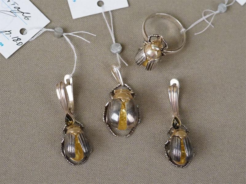Комплект: серьги, кольцо и подвеска «Майские жуки», серебро 925 пробы, янтарь , общий вес 20,0г.
