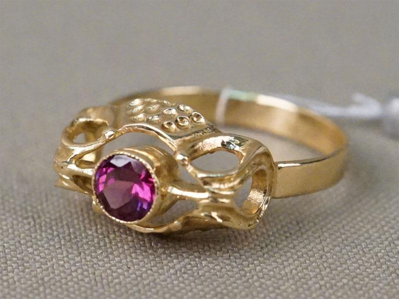 Кольцо, золото 750 пробы по реактиву, вставка: родолит, общий вес 3,84г. Размер 18,5.