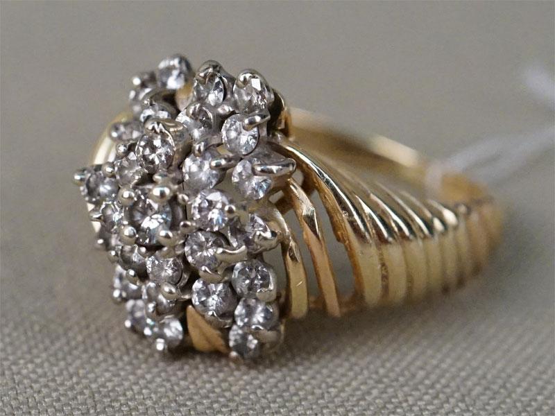 Кольцо, золото 750 пробы по реактиву, общий вес 6,83г. Размер кольца 17,5. Вставки: 29 бриллиантов (Кр57 — 0,93ct 4/4-6)