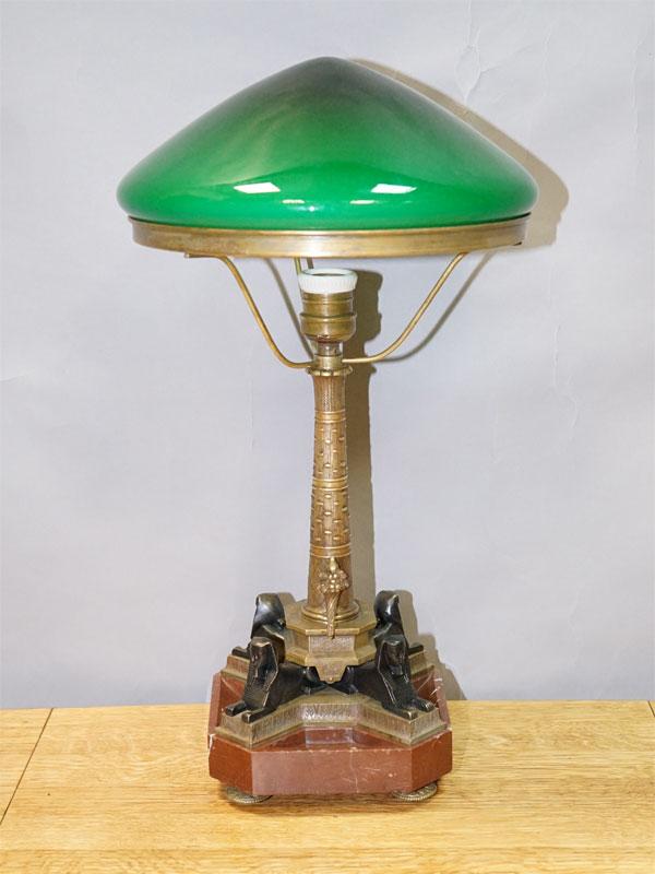 Лампа настольная в египетском стиле «Cфинксы» с зеленым плафоном, бронза, мрамор, двухслойное стекло, начало ХХ века, одна световая точка (стандартный патрон Е-27), размер —50× 26см