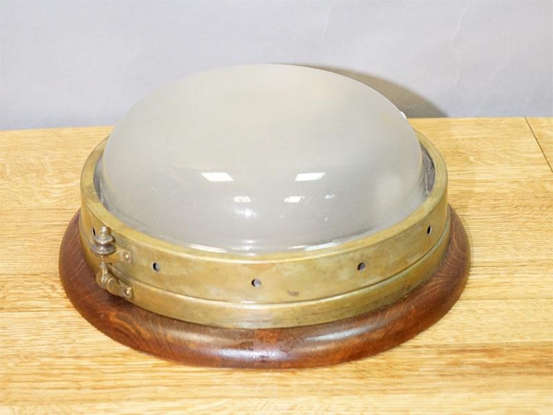 Светильник потолочный «корабельный», латунь, дерево, бесцветное матированное стекло, начало ХХ века,1 световая точка (стандартный патрон Е-27)размер — 12× 29см