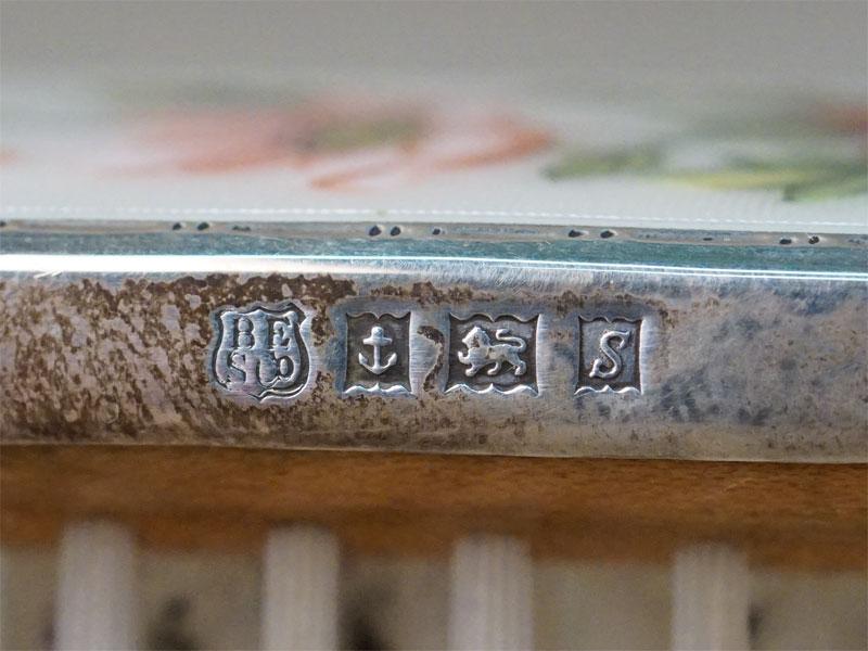 Набор туалетный: 3 щетки и расческа, серебро по реактиву, гильошированная эмаль, роспись. Англия, клеймо HCD — Henry Clifford Davis, конец XIX — начало XX века, общий вес 337г. (утраты эмали)