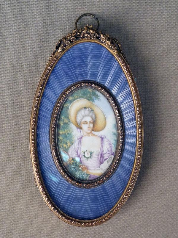 Миниатюра в латунной раме с гильошированной эмалью «Портрет дамы в шляпке», живопись на кости, 6 × 4см, XIX век