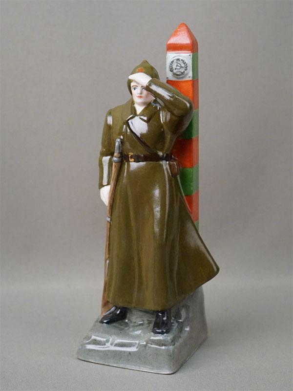 Скульптура «Советский воин — пограничник», фарфор, роспись. ЛФЗ, высота 23,5см