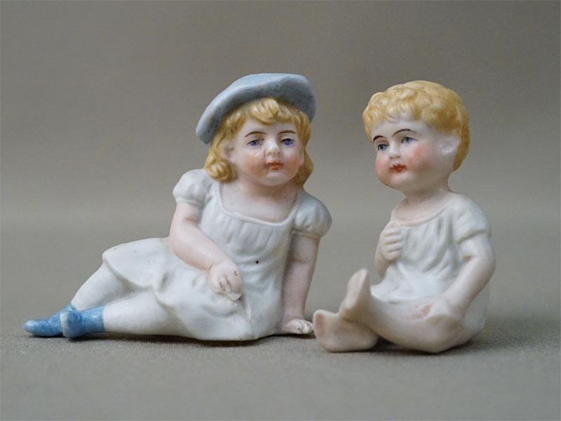 Пара скульптур «Дети», бисквит, роспись, высота 5см, конец XIX — начало XX века (трещина, скол)