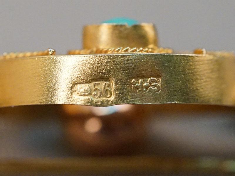 Брошь, золото 56 пробы, общий вес 5,75г. Вставки: природная бирюза, голубая смальта.