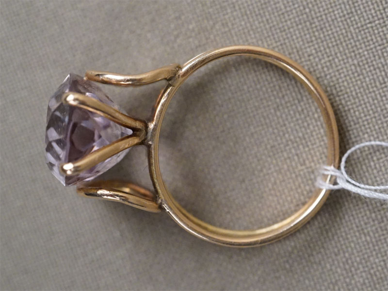 Кольцо, золото по реактиву, аметист, общий вес 5,45г. Размер кольца 17,5
