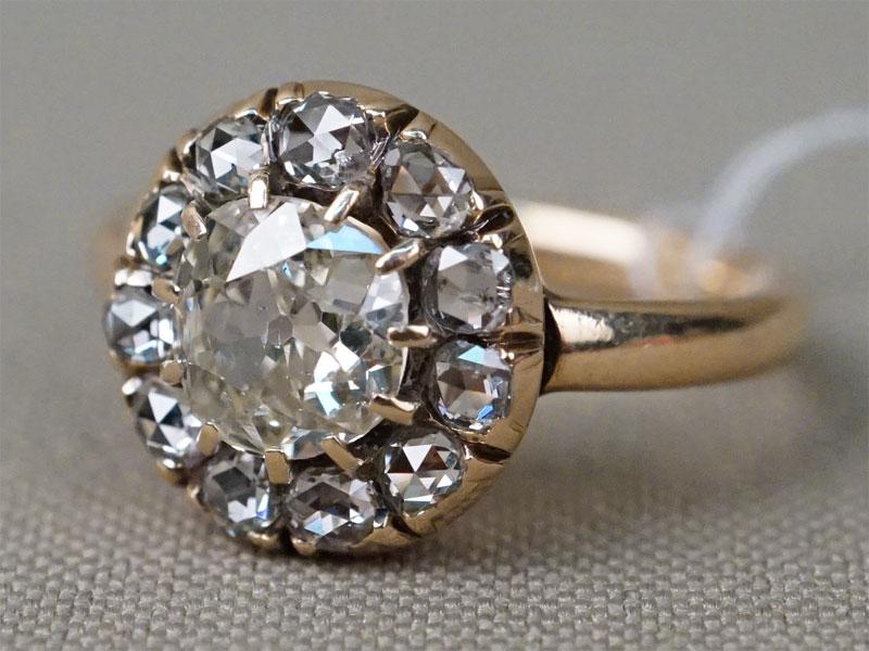 Кольцо, золото 585 пробы, вставки: бриллианты (1 бр старой огр 0.95 8-4/7а, 11 бр «роза»), общий вес 4,25г. Размер 16,5