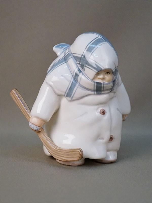 Скульптура «Хоккеист-укутыш», фарфор, роспись. Автор В.Коленков, роспись А.Иванченко, высота 13см