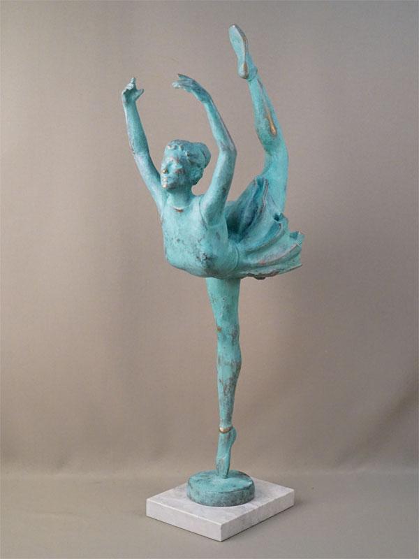 Скульптура «Балерина», бронза, литье, патинирование; постамент камень. Автор П. Лизунов, 2000-е годы, высота 70см