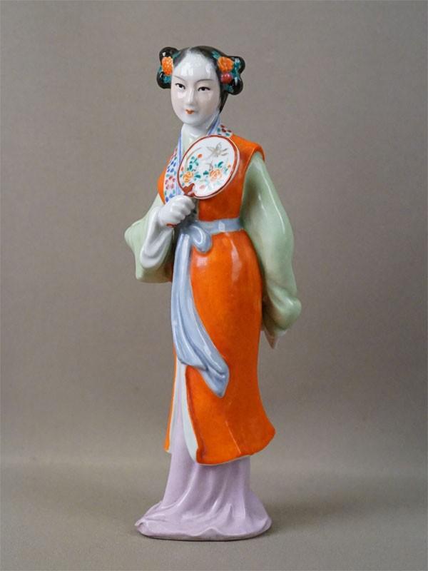 Скульптура «Китаянка с веером», фарфор, роспись. Китай, середина XX века, высота 23см