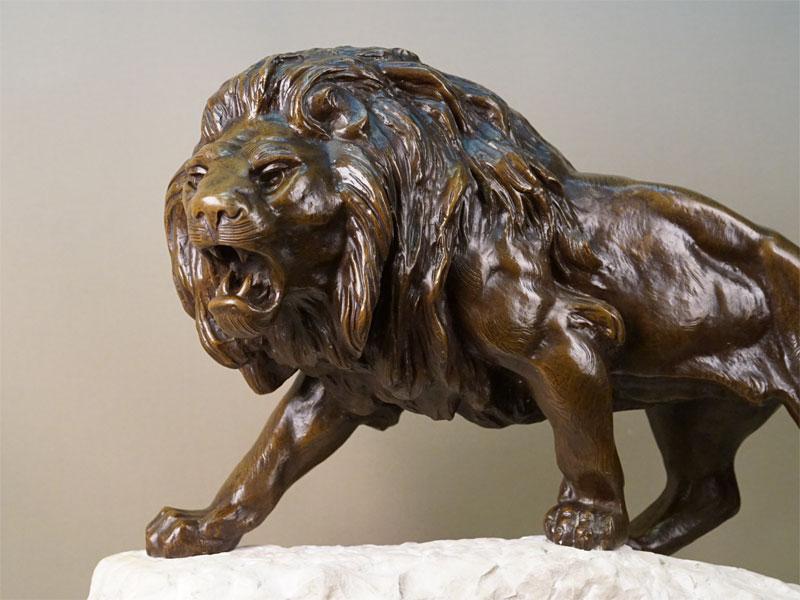 Скульптура «Рычащий лев», бронза, литье, патинирование, постамент мрамор, подпись автора. Длина 74см, высота 48см