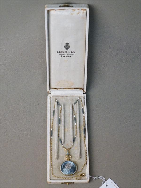 Часы дамские карманные с цепью в футляре «Leicht Mayer & Co». Золото по реактиву, эмаль, общий вес 23,21г. Швейцария, начало XX века