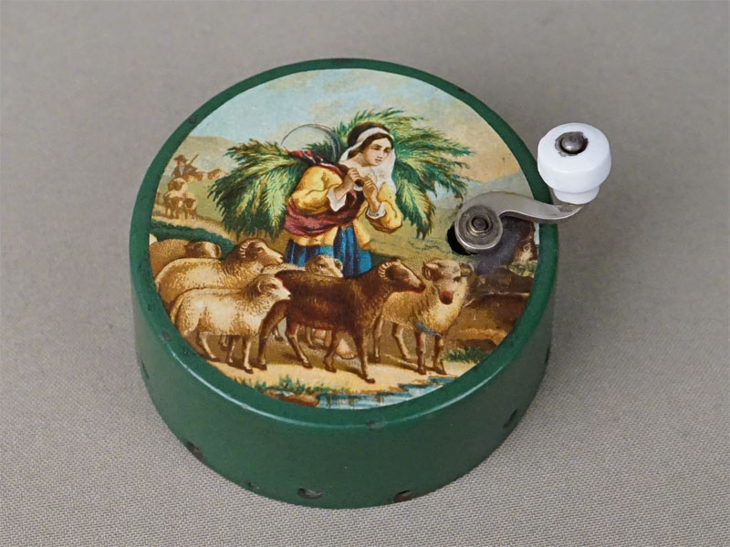 Музыкальная шкатулка «Пастушка», диаметр 7,5см. Франция, начало XX века