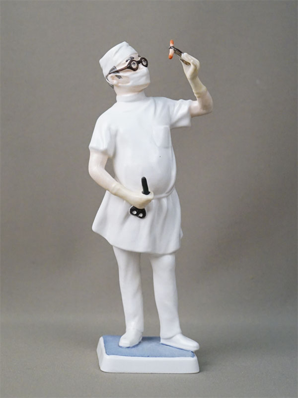 Скульптура «Врач-хирург», бисквит, роспись. Германия, Goebel, 1971 год, высота 22см