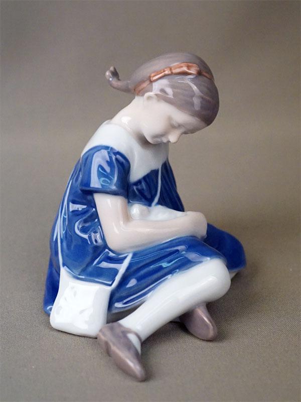 Скульптура «Девочка с куклой», фарфор, роспись. Копенгаген, B&G, 1950-е годы, длина 12см