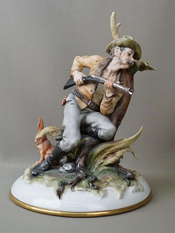 Скульптура «Охотник и заяц», бисквит, роспись. Италия, вторая половина XX века, высота 26см