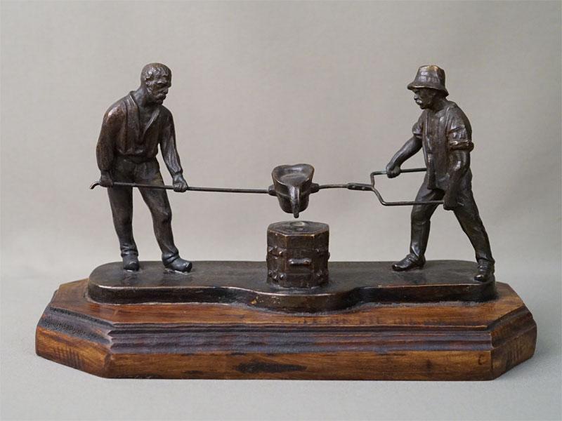 Скульптура «Литейщики», бронза, литье, патинирование; постамент дерево. Германия, начало XX века, длина 27,5см