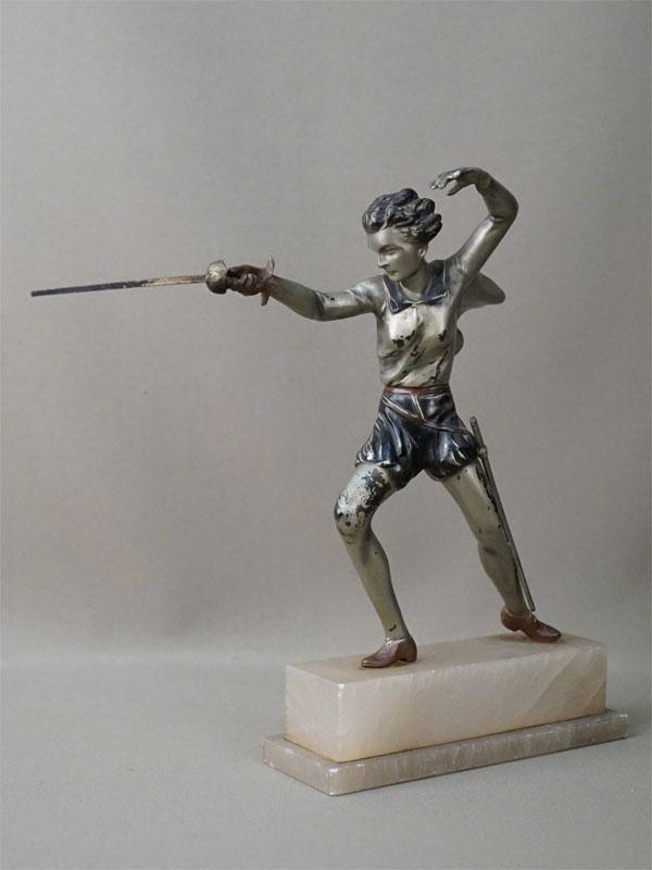 Скульптура «Фехтовальщица», шпиатр, мрамор. Франция, начало XX века, высота 24,5см