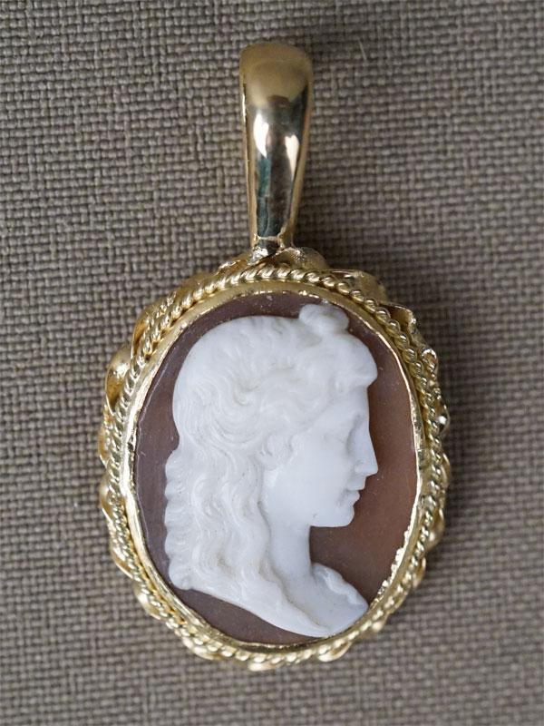 Подвеска «Женский профиль», золото по реактиву (750 пробы), камея на раковине, общий вес 3,74г.