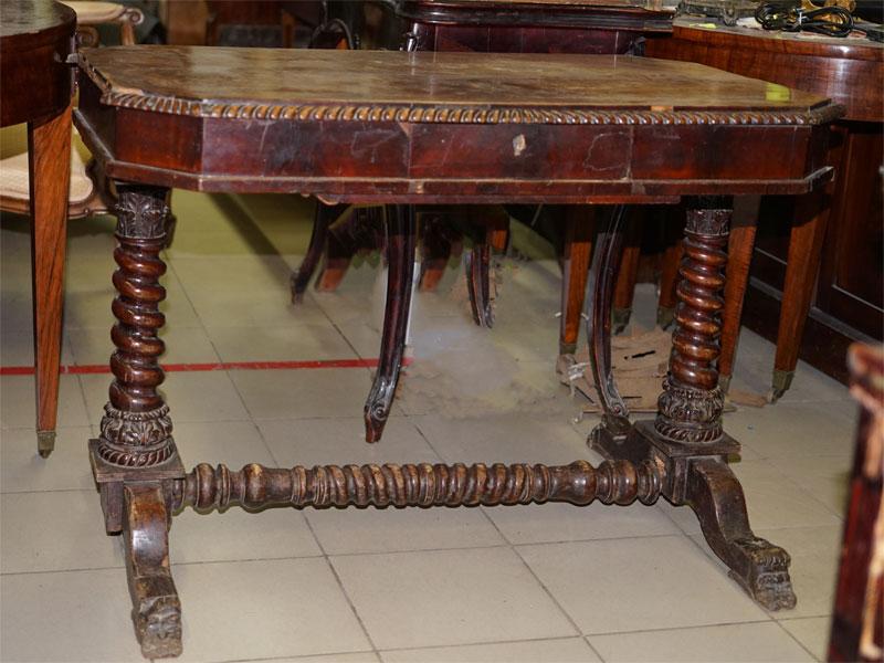 Стол гостиный придиванный с витыми колоннами в стиле неоклассицизм, красное дерево. Россия, 1830-е годы, размер —  75 × 110 × 57см (требует реставрации).