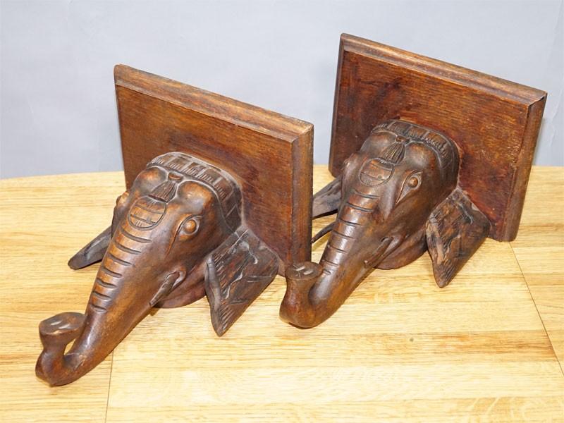 Полочки консольные парные «Слоны», дуб, резьба, начало ХХ века, размер — 32 × 26 × 20см