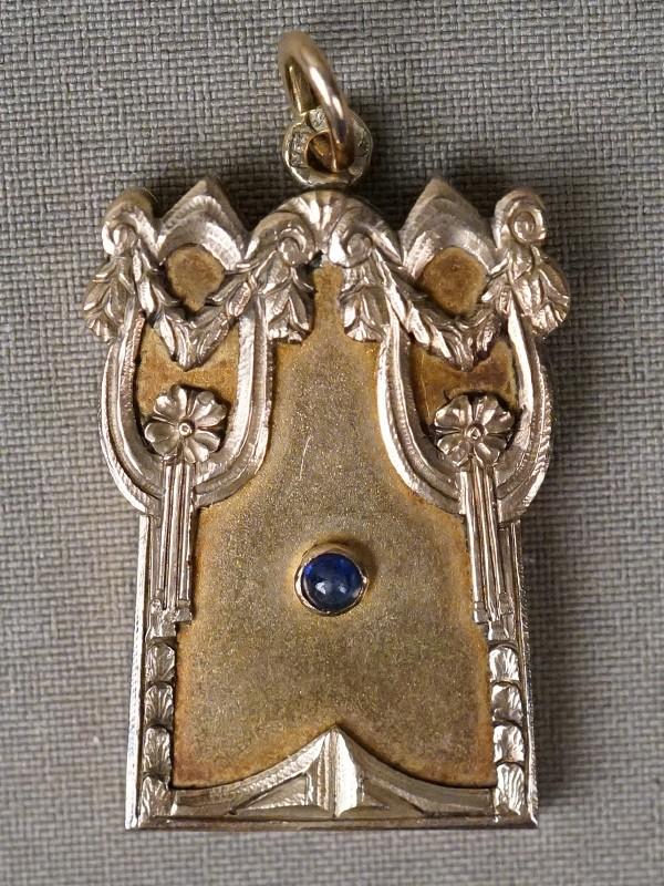 Подвеска-медальон, золото 56 пробы, общий вес 20,02г. Вставки: 1 сапфир («Кабошон» — 0,19ct 3/4).