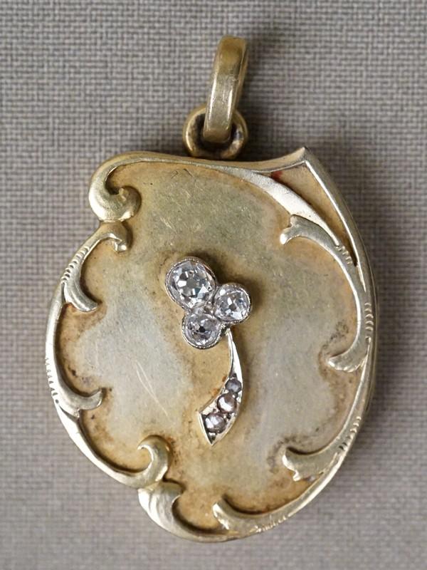 Подвеска-медальон «Трилистник», золото 56 пробы, общий вес 14,81г. Вставки: бриллианты (1бр «Старой» огр. – 0,20ct 4/4; 2бр «Старой» огр. – 0,17ct 4/4-5; 3бр «Роза»)