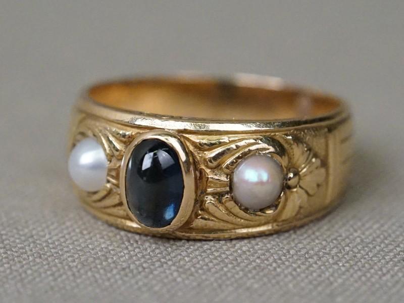 Кольцо, золото по реактиву, общий вес 6,21г. Вставки: 1 сапфир («Овал» кабошон – 0,73ct 4/3); жемчуг природный и жемчуг культивированный. Размер кольца 17,6