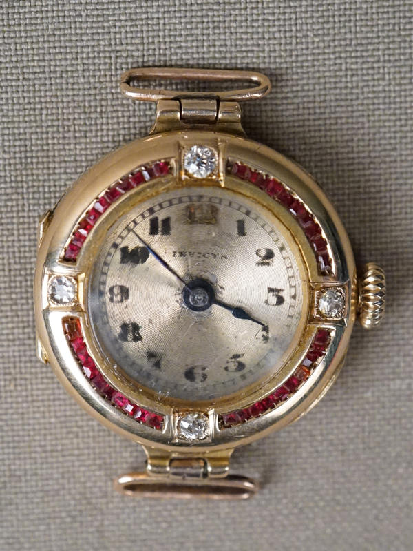 Часы наручные, золото по реактиву, вставки: бриллианты (4 бр старой упрощенной огр 0.16 3/3-4), выращенные рубины, стекла; общий вес 14,17г.