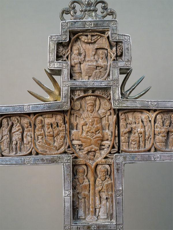 Крест «Распятие» и «Пресвятая Богородица», дерево, резьба, серебро по реактиву, подставка дерево. Киев, XVIII век, 27 × 21 × 2,3см