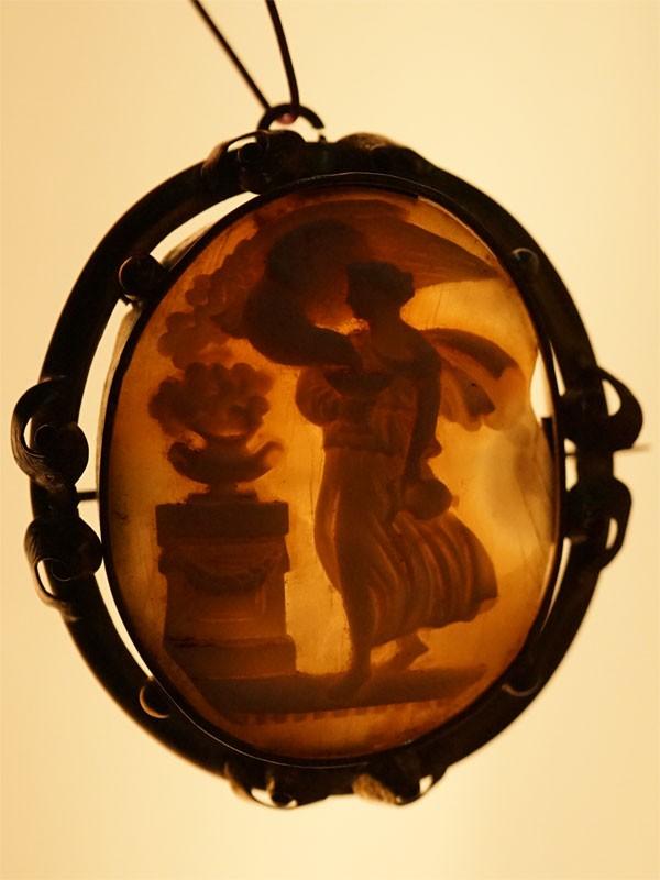 Брошь-подвеска «Геба с Орлом-Зевсом», камея на раковине (скол), латунь, 5 × 4см