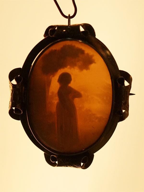 Брошь-подвеска «Девушка под деревом», камея на раковине, латунь, 3 × 4см