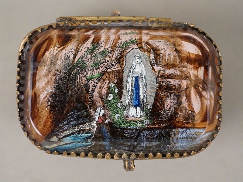Шкатулка «Богородица Лурдская», латунь, стекло, 5 × 7см, конец XIX — начало XX века