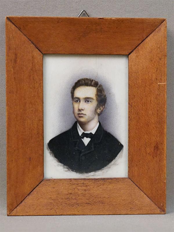 Миниатюра в раме «Портрет молодого человека», кость, гуашь, 9 × 6см, рама красное дерево, конец XIX века