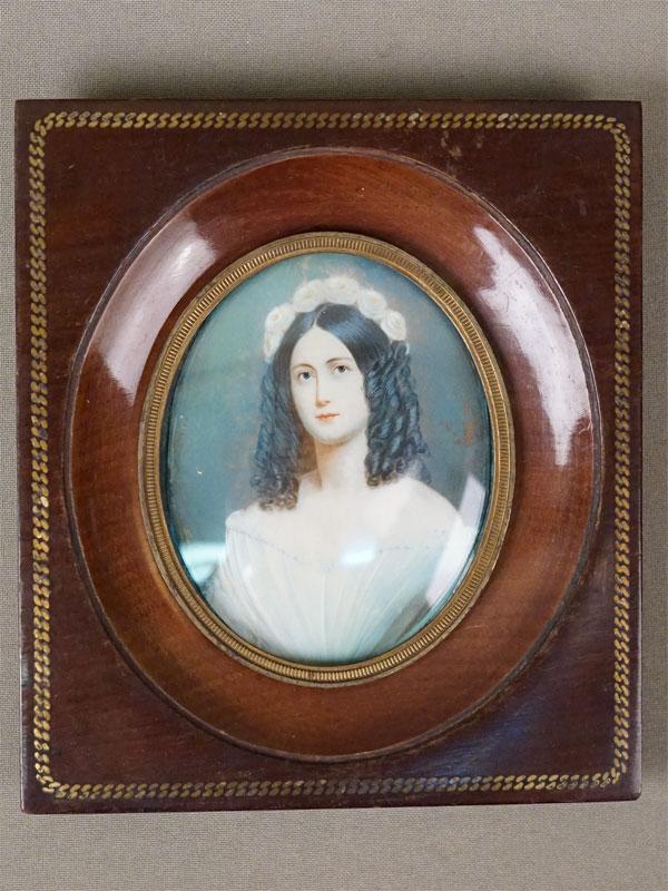 Миниатюра в раме «Портрет молодой женщины», живопись на кости, 8,5 × 7см, рама дерево, инкрустация, конец XIX века