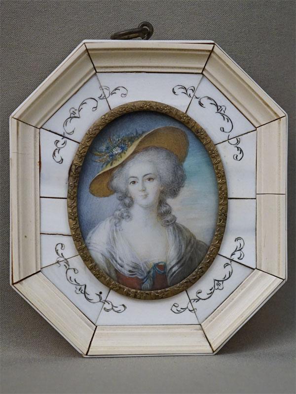 Миниатюра в раме «Портрет дамы», живопись на кости, 7,5 × 6см, рама кость, пластик, латунь, конец XIX века