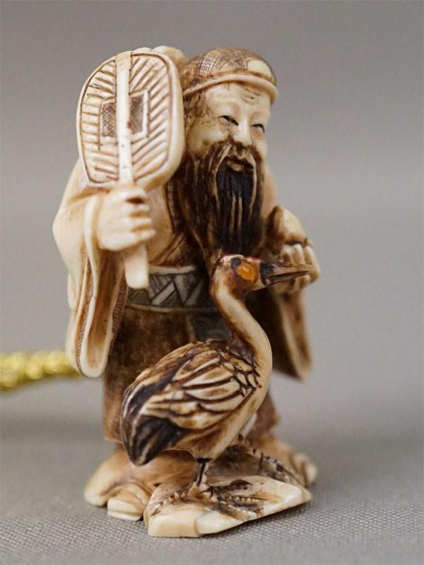 Нэцкэ «Дзюродзин с журавлем и персиком бессмертия», кость, резьба, роспись, высота 4,5см. Дзюродзин – один из семи богов счастья, божество долголетия.