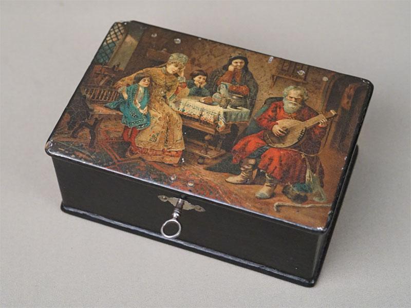 Шкатулка с ключом «В боярском доме», папье-маше, цветная литография, лак, конец XIX века, 18 × 12,5 × 7,5см (утраты)