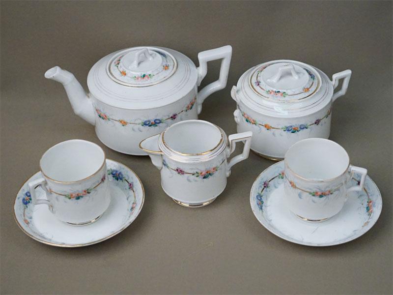 Сервиз чайный tet-a-tet (две чайные пары, сливочник, чайник, сахарница (утраты)), фарфор, роспись, золочение. Завод Гарднера, конец XIX века