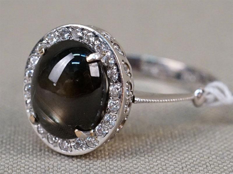 Кольцо, золото 750 пробы, 4,25г. Вставки: 1 белый звездчатый сапфир («Овал» кабошон – 6,96ct); 39 бриллиантов (Кр57 – 0,14ct 4/5-6). Экспертиза. Размер кольца 18,0