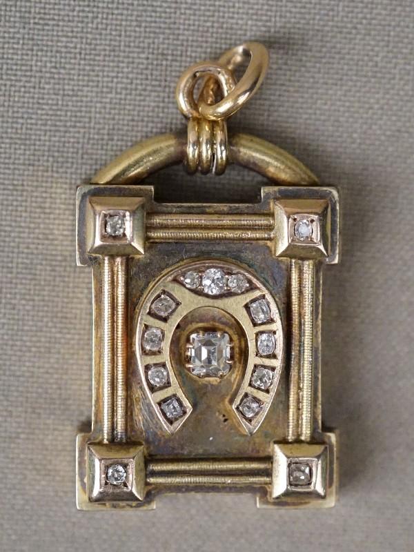Подвеска-медальон «Подкова», золото 56 пробы, вставки: бриллианты (1 бр старой упр огранки 0,30 3/3, 15 бр старой упр огранки 0,22 3/3-4), общий вес 18,90г.