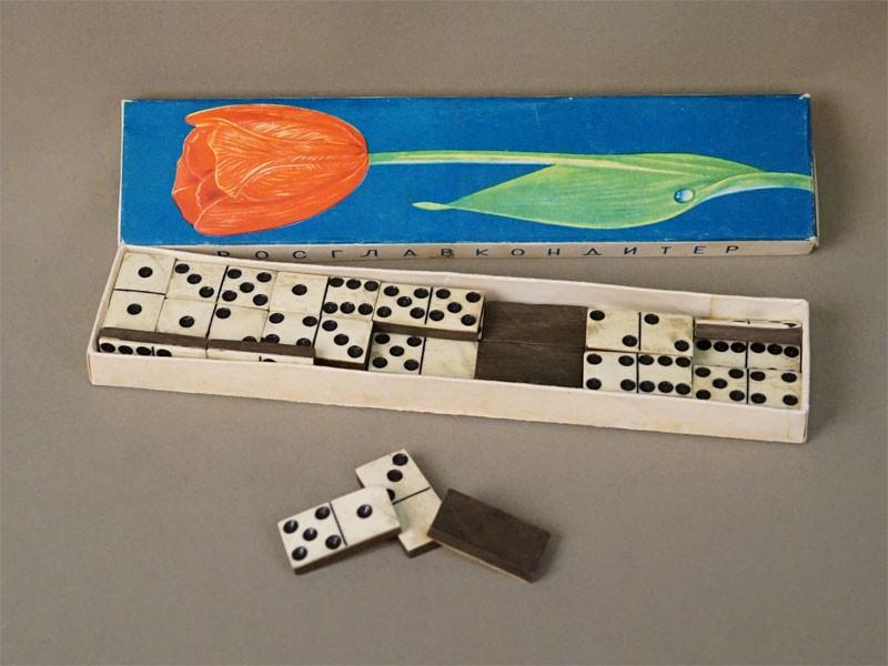 Игра «Домино», 28 фишек в коробке, кость, дерево, начало XX века (сколы)