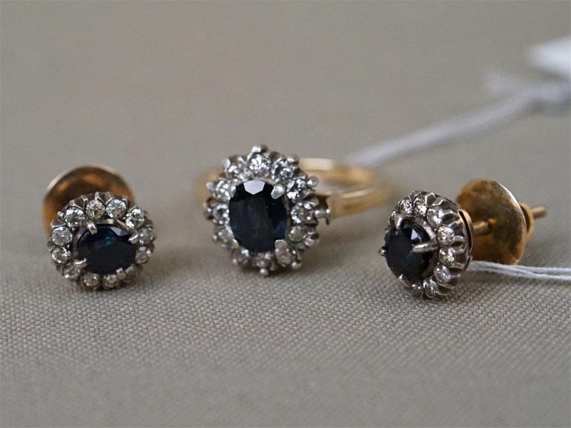 Комплект: серьги-пусеты и кольцо, золото по реактиву, серебро по реактиву, вставки: бриллианты (36 бр кр57 0,80 4-5/4-6), сапфиры (1 сапф овал 1,00 3/3, 2 сапф овал 1,10 4/3), общий вес 8,96г. Размер кольца 16,25