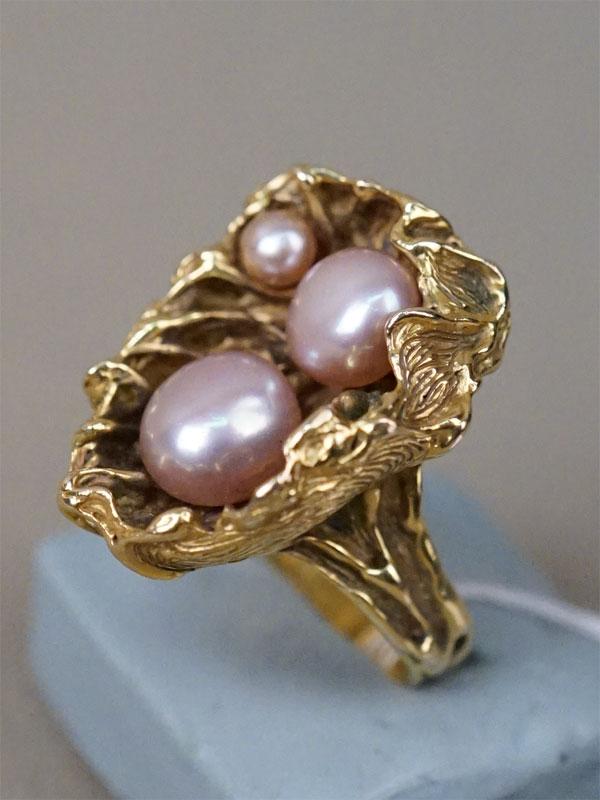 Кольцо «Жемчужины в раковине», золото по реактиву, жемчуг культивированный, общий вес 21,11г.  Размер кольца 16,5