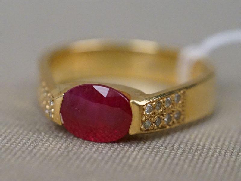 Кольцо, золото 750 пробы, вставки: бриллианты (16 бр кр57 0,10 4/4), рубин (1 руб овал 1,60 2/4), общий вес 7,02г. Размер кольца 16,5