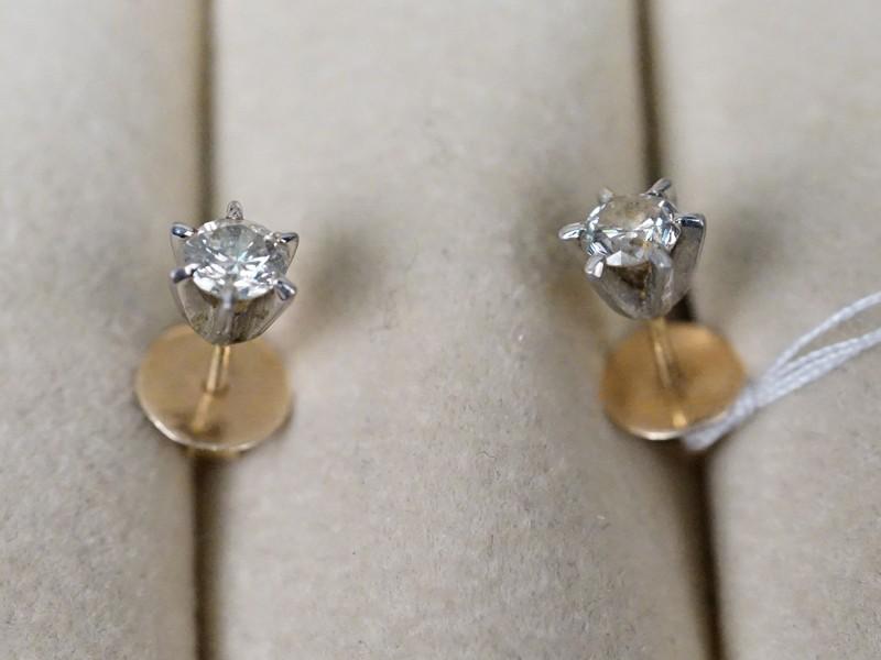 Серьги-пусеты, золото по реактиву, вставки: бриллианты (2 бр кр57 0.44 5/6), общий вес 1,02г.